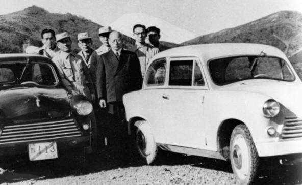 Michio Suzuki v družbi razvojne ekipe in dveh demonstracijskih primerkov modela Suzulight leta 1954